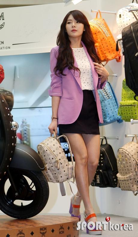 김현아 `초미니 스커트에 MCM 가방`