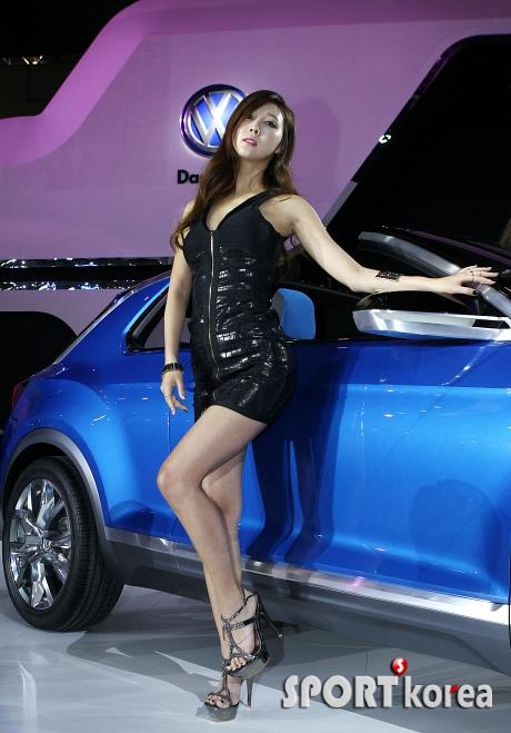 레이싱 모델 `푸른색 차 어때요~?`