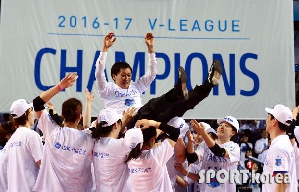 세번째 우승 IBK기업은행 `이정철감독, 날아갈듯이 기쁘다!`