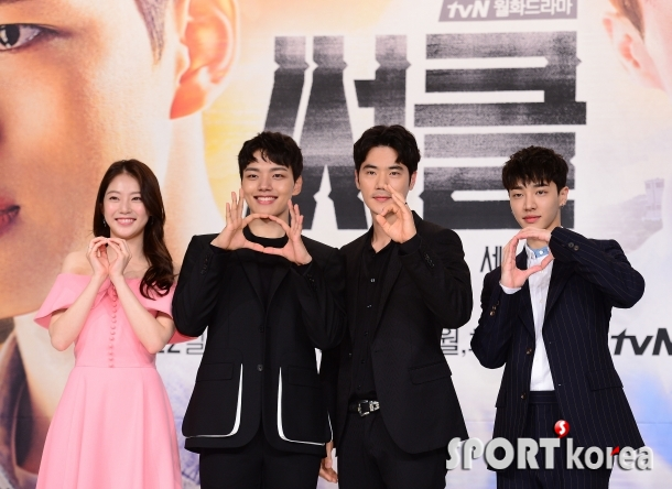 써클 주연 배우들의 깜찍한 포즈