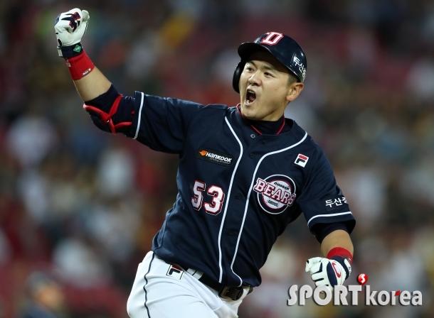 포효하는 최주환 `9회 동점 스리런 홈런`