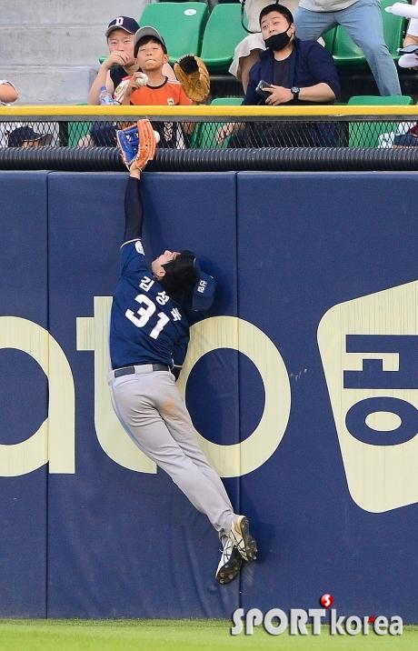 간발의 차이로 홈런을 놓친 최주환의 타구