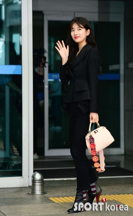 수지 `인천공항을 밝히는 꽃미모`