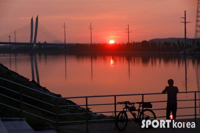 아라뱃길 자전거길 시천대교의 일몰