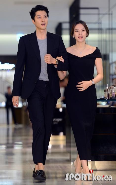 이동건-조윤희 `결혼 앞둔 예비 부부의 행복한 쇼핑 나들이`