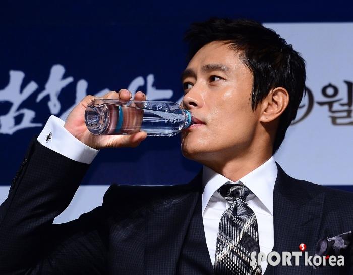 이병헌 `물 마실 때도 박력있게`
