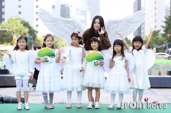 한효주 `어린 천사들과 함께`