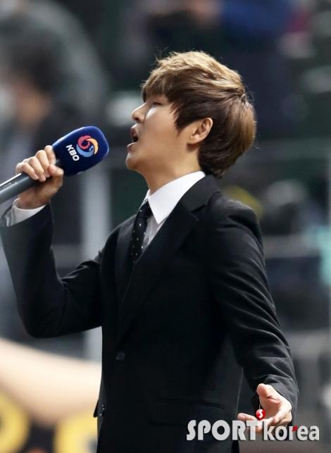 정동하, 한국시리즈 3차전 애국가 열창