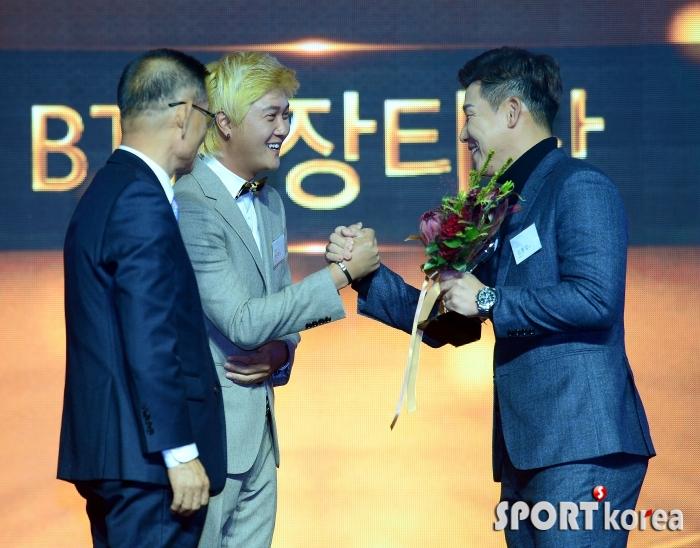 허인회 프로 축하받는 김봉섭 프로