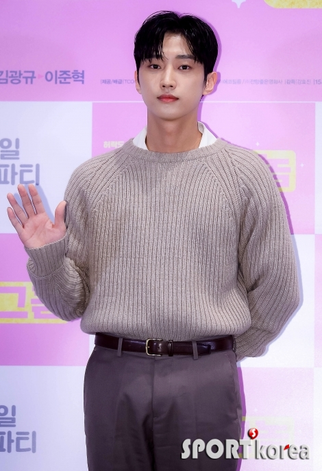 B1A4 진영 `여심 녹이는 미소`