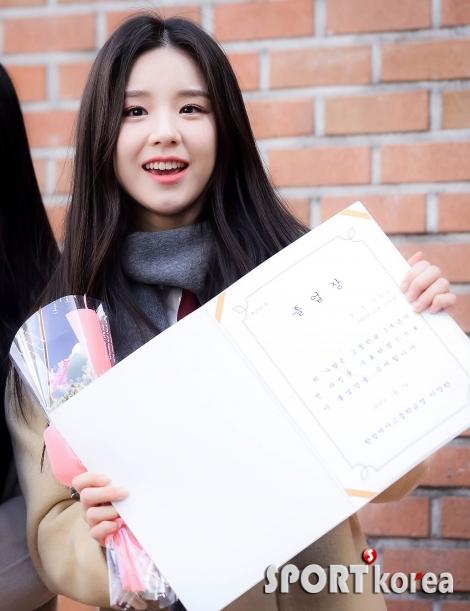 이달의 소녀 희진 `졸업장 들고 밝은 미소`