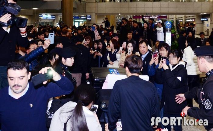축구대표팀 선수 보기 위해 인천공항은 인산인해!