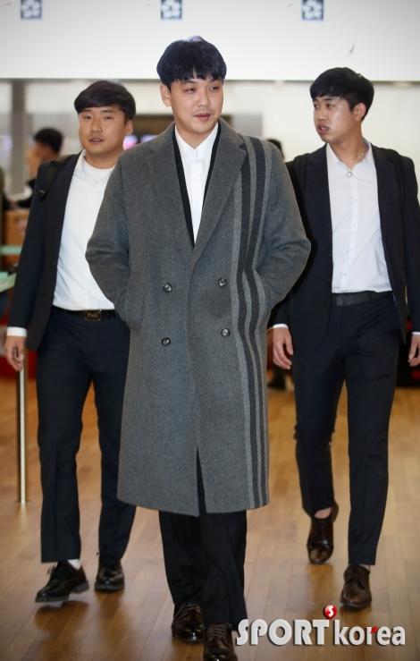김윤동 `패셔너블하게 출국`