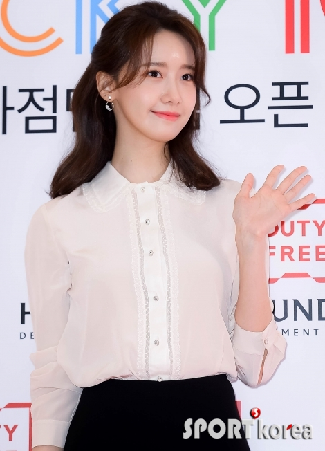 소녀시대 윤아 `여신의 손인사`