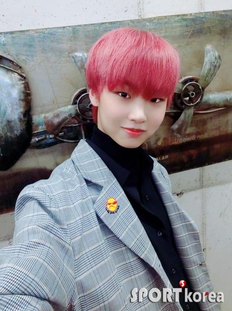 뉴키드  윤민,  핑크 색  머리로 `만찢남`  인증