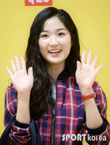 김혜윤 `상큼한 손인사`