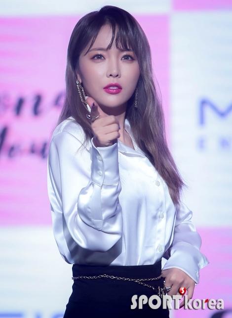 홍진영 `오늘 제 노래 들어주실거죠~?`