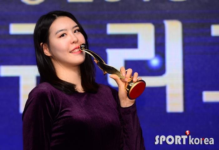 MVP 박지수, 짜릿한 키스!
