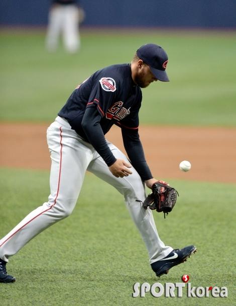 톰슨, 평범한 타구를 실책!