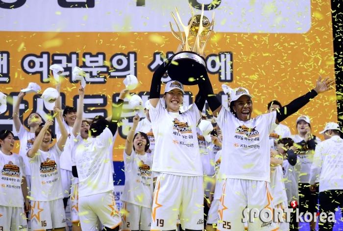 박지수-쏜튼 `첫  통합우승 환호`