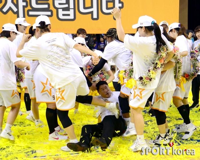 안덕수 감독을 향한 선수들의 격한 축하
