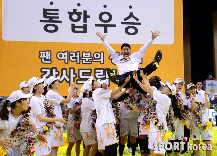 통합우승 기쁨 만끽하는 안덕수 감독