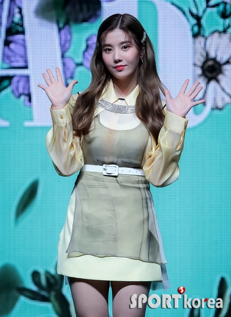 아이즈원 권은비 `리더의 손인사`