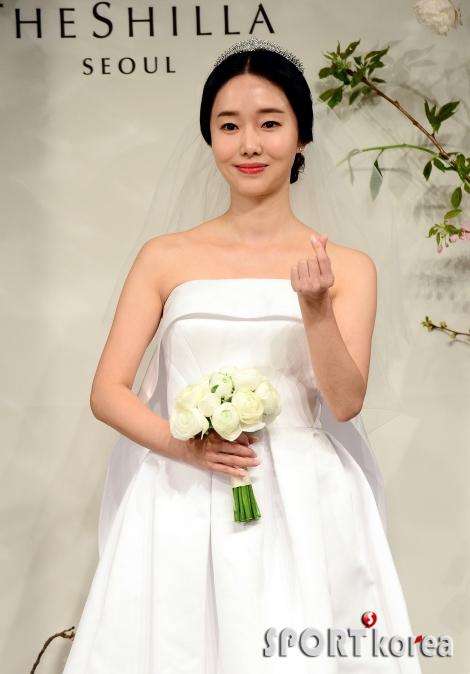 4월의 신부 이정현, 신랑을 향한 손 하트!