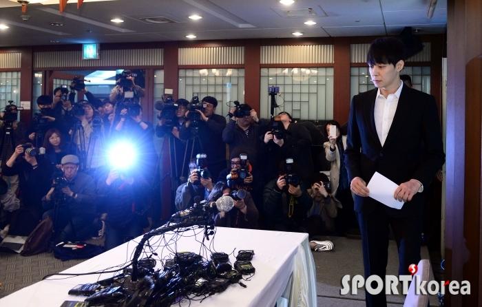 황하나 관련 긴급 기자회견장에 나타난 박유천!