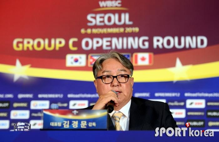 취재진 질문에 대답하는 김경문 감독