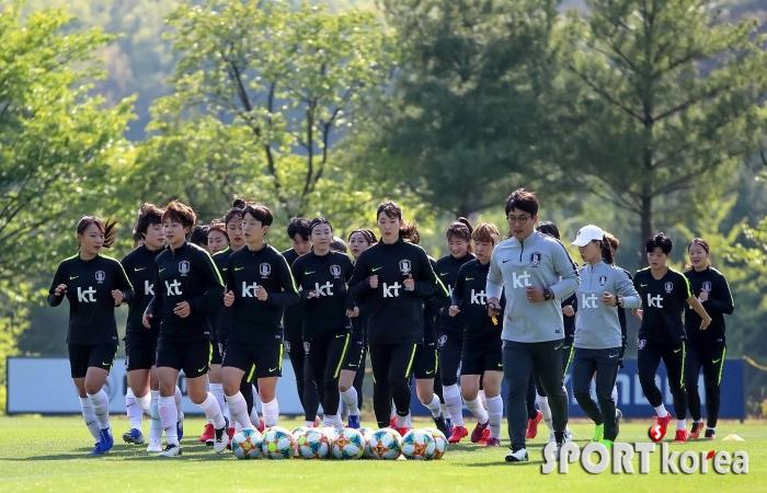 따사로운 햇살 아래 훈련 하는 여자축구대표팀