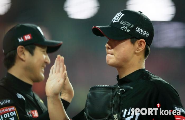 역투 펼치는 김민, 6회 마치고 하이파이브