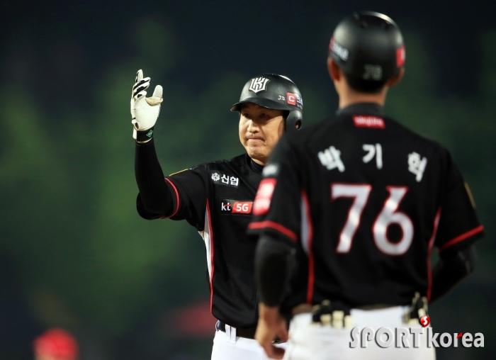 유한준, 타점 올리고 손 흔들고