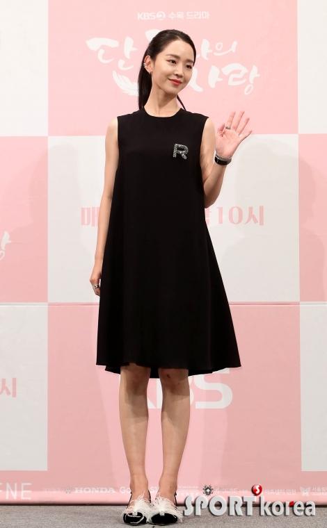 신혜선 `블랙스완의 손인사`
