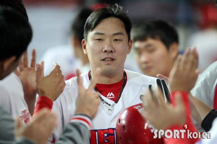 동료들에게 축하받는 안치홍