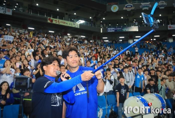 삼성 히어로 강민호, 팬들과 어우러진 셀카