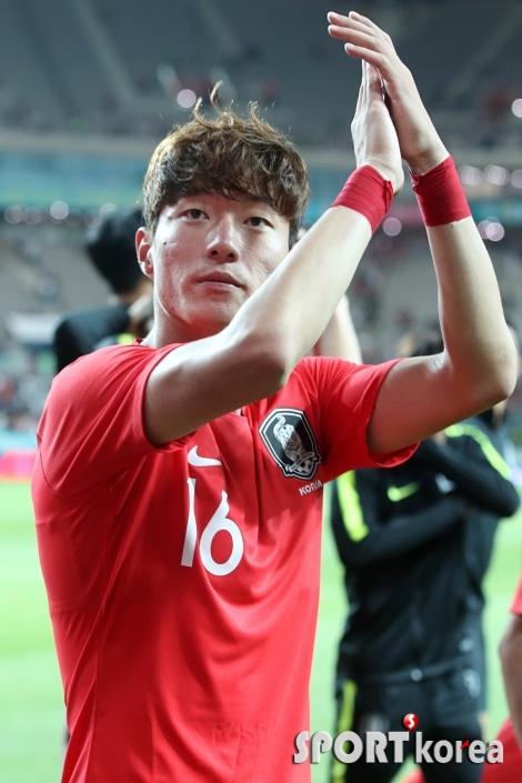 황의조, `팬들을 향해 박수`