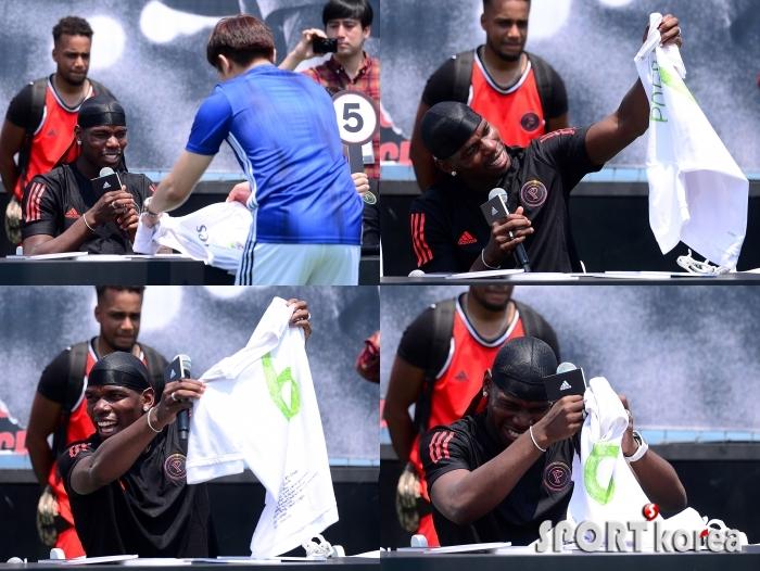 폴 포그바 `팬의 레알 유니폼 선물에 빵 터졌어요`