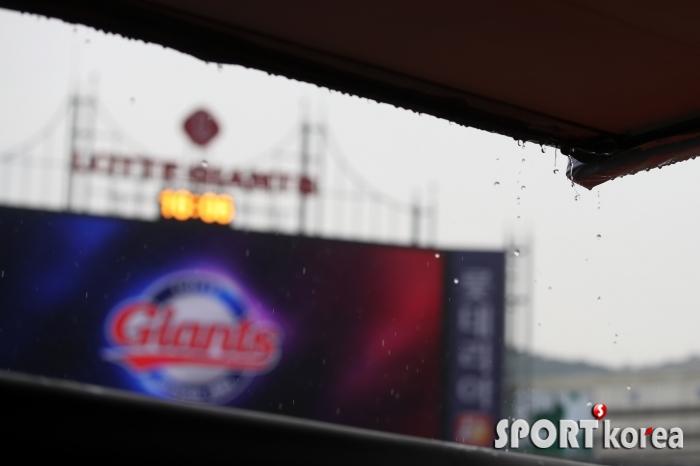 롯데자이언츠-KIA타이거즈 경기전, `비내리는 사직야구장`