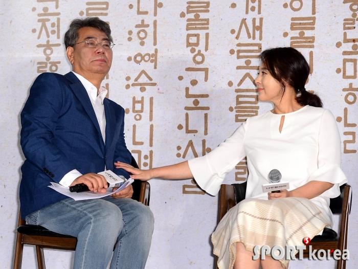 조철현 감독을 위로하는 전미선