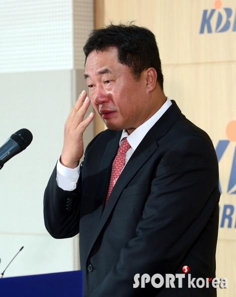 눈물 흘리는 전창진 감독