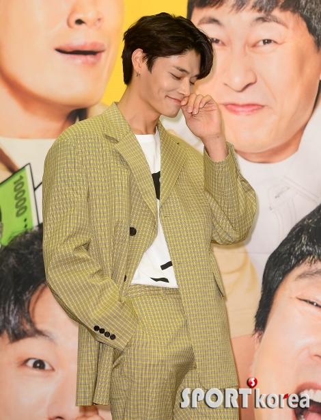 정혁 `웃음 참는 모습도 멋져~`