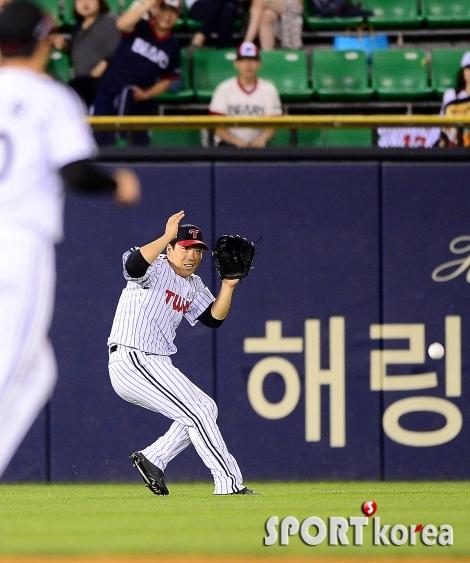 김현수 `공이 조명에 들어갔어`