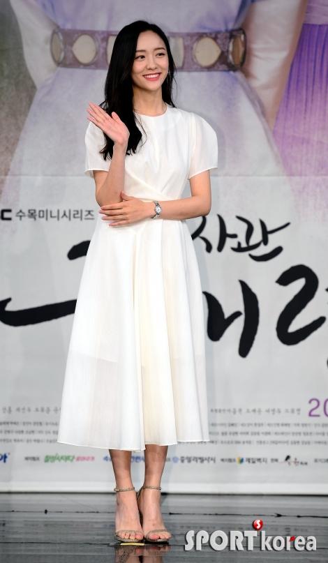 박지현, 순백의 여신 포스~