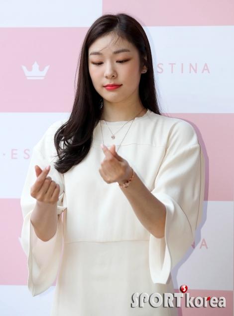 김연아 `손하트를 이렇게 하면 되겠지~?`