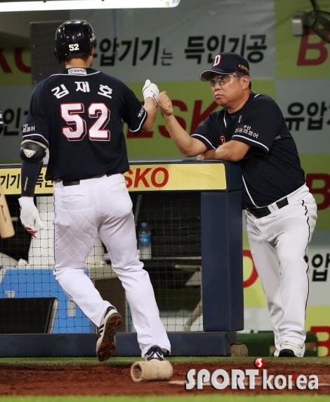 김재호, 시즌 3호 홈런 날리고 김태형 감독과 하이파이브