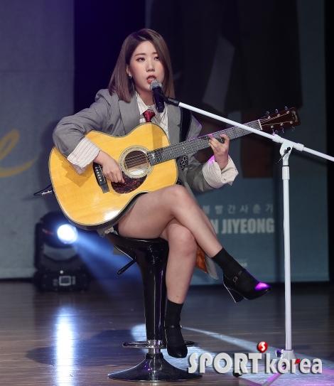 볼빨간사춘기 우지윤 `기타치고 노래하고~`