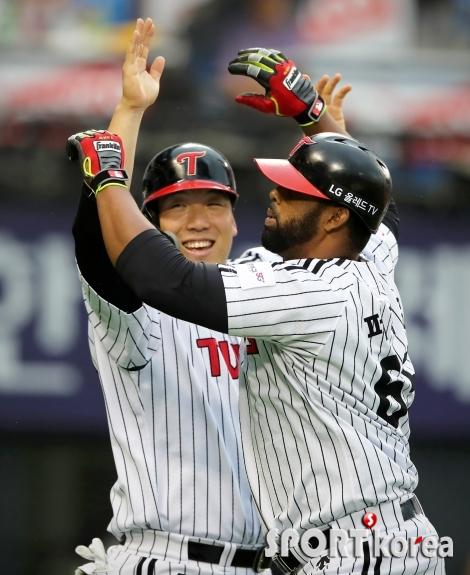 김현수, 홈런 친 페게로와 기쁨을