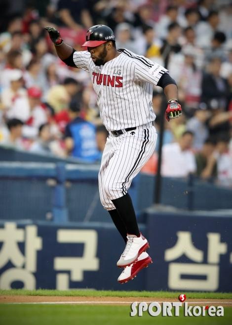 시즌 5호 홈런 날린 페게로, 하이파이브를 위한 점프