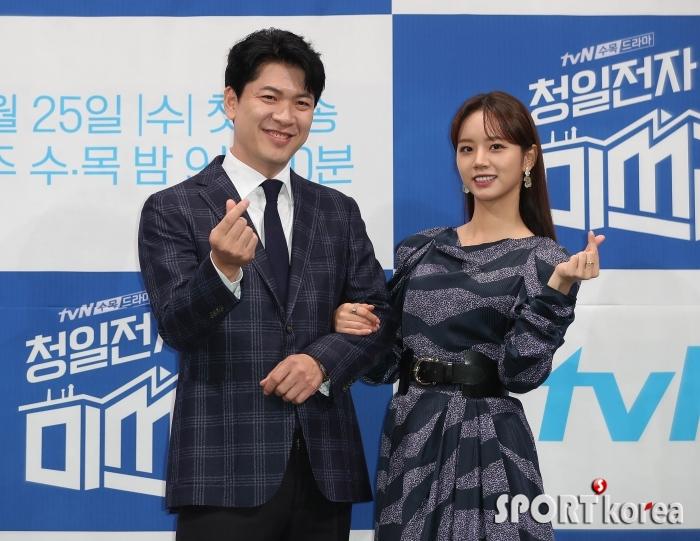 김상경-이혜리 `부장과 대표의 깜찍한 손하트`